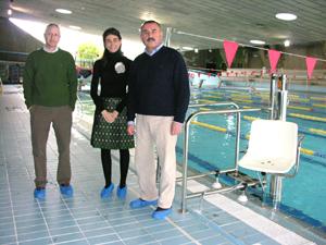 la piscina cubierta estrena una silla gr a para personas
